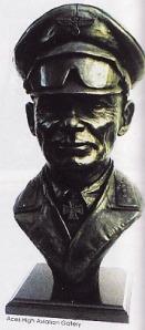 Kaca mata anti-debu plus teropong jadi ciri khas Rommel saat bertugas di Afrika. Kelengkapan tadi sekaligus menandakan Ia selalu berada di garis depan memimpin langsung gerak maju pasukannya. Lambang Afrika Korps (DAK)