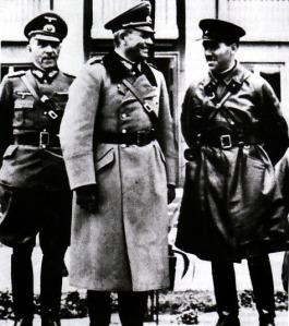 RUSIA-Guderian (tengah) sedang berbincang-bincang degnan seorang perwira Rusia, Brigadir S. Krivoshein saat menyaksikan parade militer di Bern. Parade ini digelar setelah Jerman menggelar invasi ke Polandia