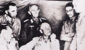 Rommel bersama beberapa stafnya dan perwira-perwira Italia. Berada dibelakang Rommel adalah Oberst Diesener. Sementara pada posisi paling kanan adalah General Gause. Duduk di posisi kanan adalah perwira Italia, General Navarini