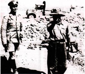 Rommel bercelana pendek memeriksa pasukan di El Alamien, Agustus 1942