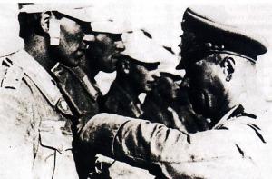 IRON CROSS - Rommel menyematkan bintang jasa Iron Cross 2nd pada salah seorang prajurit DAK, 31 Agustus 1942