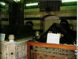 MAKAM SEDERHANA -Sehagai pemimpin besar, Salahuddin terkenal amat sederhana. Saat wafat, ia hanya meninggalkan harta 66 Dirham Nasirian. Makamnya di Damaskus terlihat sederhana