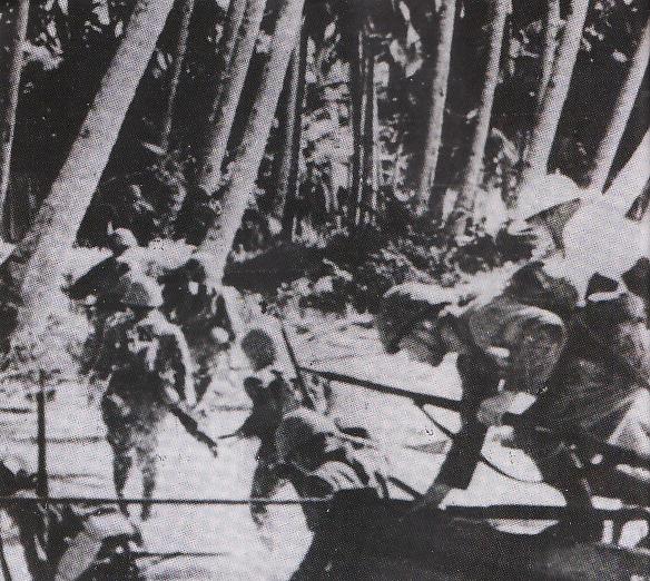 HINDIA BELANDA - Ribuan prajurit Jepang melompat dari kapal-kapal
