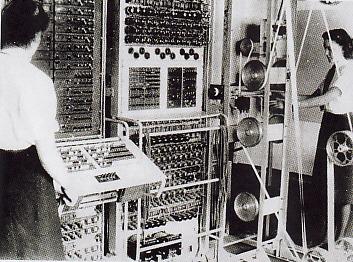 """INGGRIS YANG PERTAMA - Mesin pemecah kode Colossus buatan Inggris. Di antara kekuatan sekutu, Inggris lah yang pertama siap menghadapi """"serbuan"""" pesan-pesan rahasia Jerman. Dengan Colossus dan pakar Kriptograf seperti Tommy Flower lah, rencana Serangan Jerman akhirnya bisa ditekan"""