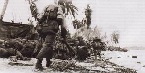 TERUS MENGGEMBPUR - Marinir AS dalam pertempuran di Kepulauan Paleliu, Pasifik, pada September 1944. AS terus menggempur kekuatan Jepang di berbagai wilayah. Setelah Unit Kombat Intelejen AL AS mampu memecahkan pesan radio berisi rencana Jepang ke Midway pada 4 Juni 1942, pada masa-masa selanjutnya gerakan ofensif praktis mengendur