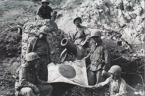Marinir AS di depan Meriam Jepang di