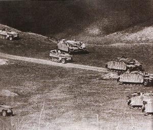 HARI PERTAMA - Armada lapis baja dari Leihstandarte Division bergerak menusuk lambung pasukan 151st Guards Rifle Regiment Soviet pada hari pertama Battle of Kursk. Pasukan Jerman ini dilengkapi dengan ranpur Sd Kfz 251 dan pemusnah tank StuG III