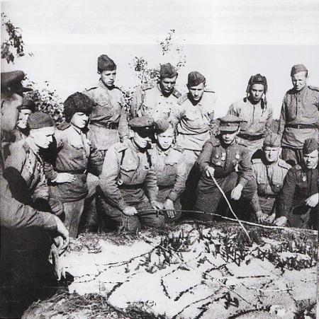 BRIEFIENG - Seorang perwira Rusia memberikan briefing; kondisi medan tempur dengan sejumlah pasukan lapangan. Salah satu pasukan yang berada di sebelah kiri perwira bisa dipastikan merupakan awak tank Soviet. Ini dikenali dari helm yang dipakai. Foto dibawah ini diambil di sekitar wilayah pertahanan Voronezh, 1943.