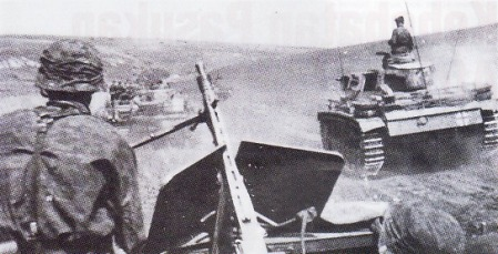 SS PANZER – Foto jaerak dekat menggambarkan pergerakan satuan lapis baja SS menuju garis depan. Fotografer berada di atas ranpur angkut personel Sd. Kfz 251. Sementara di sebelah kanan adalah tank Pz Kpfw II.