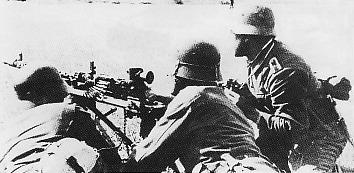 Tim senapan mesin Jerman sedang mengamati kondisi garis depan. Senapan mesin yang dipakal adalah dari jenis MG 34 dengan fasilitas teropong plus dudukan tripod. M834 merupakan senapan mesin standar bagi pasukan darat Jerman selama PD II dengan kemampuan daya sembur peluru antara 800 sampai 900 peluru permenit
