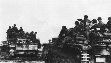 SS-Pasukan Waffen-SS menumpang tank Pz Kpfw III. Sampai Juli 1943 satuan Watten SS berkembang menjadi satuan yang sangat kuat dengan komposisi tiga divisi serta diperkuat oleh 390 unit tank plus 104 unit meriam serang (assault gun)