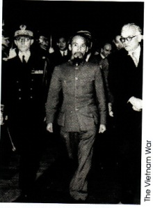 Ho Chi Min saat berada di Perancis dalam rangka memperjuangkan negara Vietnam merdeka. Ho disambut oleh Menlu Perancis Marius Mouted (kanan)