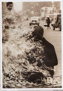 Seorang Pendeta Budha memprotes perang Vietnam