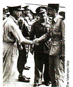 Jenderal Gracey menyambut komandan French Expeditionary Corps, Jenderal Leclerc di Saigon, 5 Oktober 1945