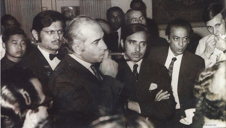 DIGANTUNG - PM Zufikar Ali Bhutto menghisap cerutu saat sebelum  digulingkan oleh kudeta Jenderal Muhammad Zia ul-Haq. Akhir tragis  dialaminya ketika dihukum gantung oleh Zia ul-Haq tahun 1979. Dinasti  Bhutto kemudian diteruskan oleh anak tertua Bhutto yakni Benazir Bhutto