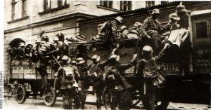 FREIKORPS - Sejumlah prajurit Freikoprs tengah disiapkan ke medan perang. Dalam PD II, veteran Freikorps banyak bergabung dengan SA bersama sukarelawan lainnya.
