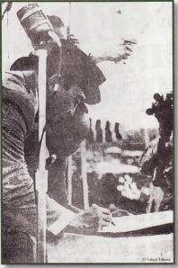 Presiden Sukarno usai memberikan pidain teniang pemhebasan Irian Barat di Yogyakana bulan Desember 1961 langsung menandatangani Naskah Kumando Rakyat. Naskah yang kemudian menelurkan Trikora itu diserahkan langsung oleh Sekretaris Depertan, Achmadi.