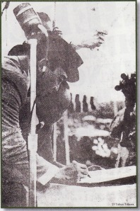 Presiden Sukarno setelah memberikan pidato tentang masa jabatan pembebasan Irian Barat di Yogyakarta pada bulan Desember 1961 segera menandatangani Naskah Kumando Rakyat. Naskah yang kemudian melahirkan Trikora diserahkan langsung oleh Sekretaris Depertan, Achmadi.